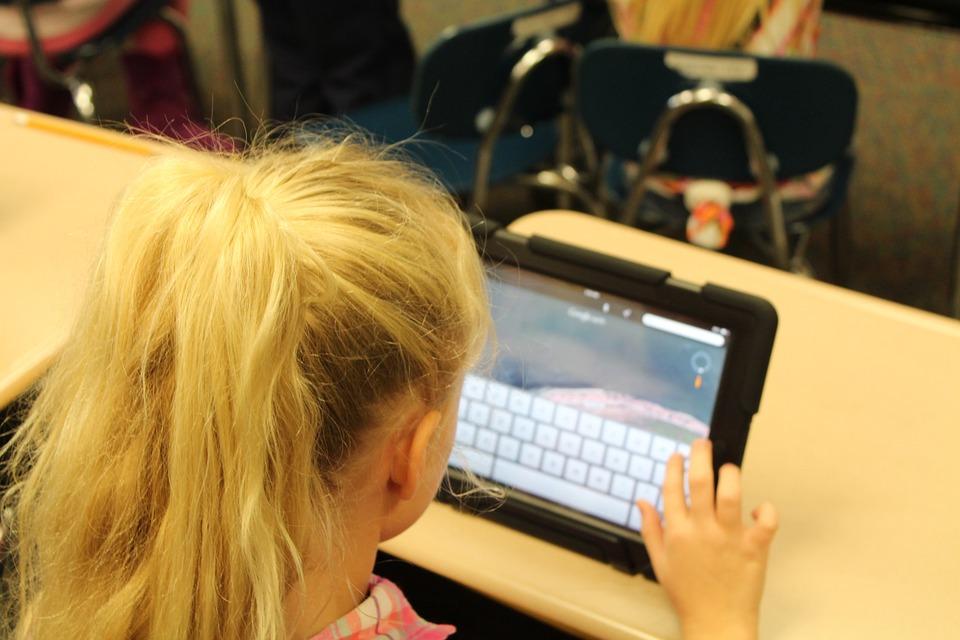 enfant se connecte avec une tablette