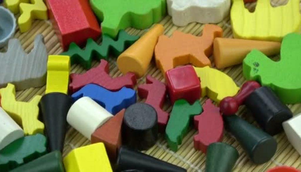 Comment choisir entre les jouets en bois et en plastiques ?